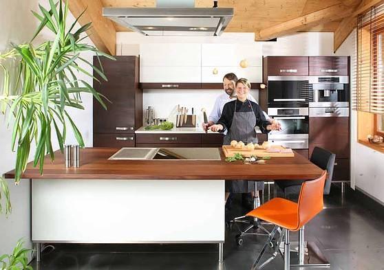 Diana Burkel vom Würzhaus in einer Möbelmacherküche