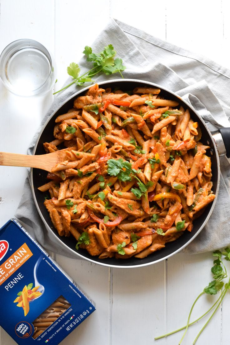Filled with colorful bell peppers in a light yet creamy chili tomato sauce, this Healthy Chicken Fajita Pasta is the perfect dinner for those busy nights!