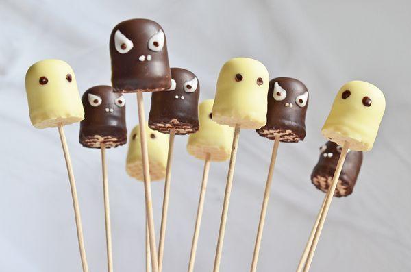 Idee für das Buffet der Halloween-Party: Geister und Monster aus Schokoküssen   – Halloween Party