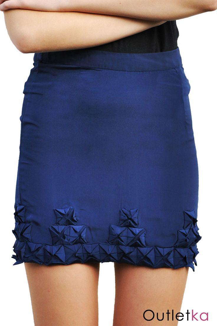 Nowa spódnica firmy Asos. Spódniczka w kolorze granatowym, trapezowa, rozszerzona do dołu. Z tyłu zasuwana na kryty zamek. Dół spódnicy zdobiony.
