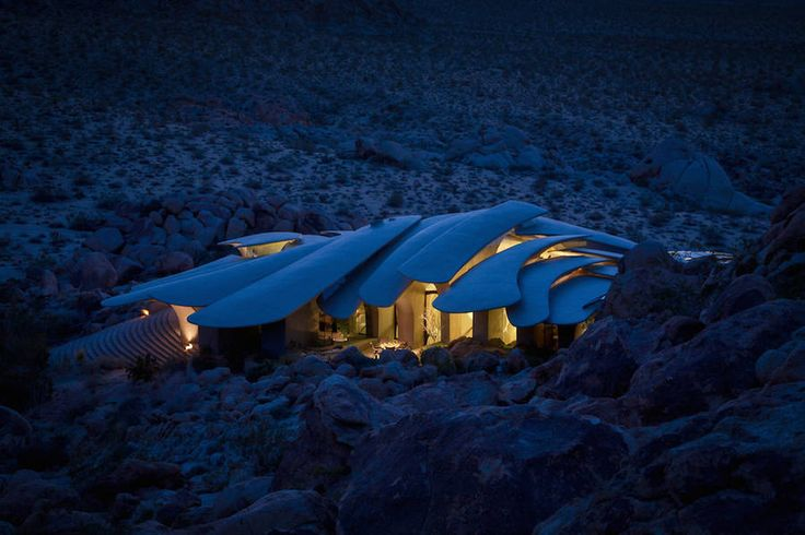 In the Joshua Tree National Park, a surprising house come out of earth in the desert. In 1986, an artist couple, Jay and Bev Doolittle, have an idea : building a house in the desert. They bought a piece of land and contact the architect Kendrick Bangs Kellog. He creates a house, called The High Desert House that each square meter is made from natural materials. It is here as an animal in his natural habitat.