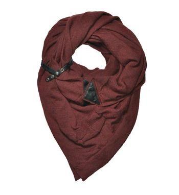 Pimps & Pearls sjaal, model Art Flower. Deze limited edition XXL omslagdoek is gemaakt van 100% royal baby alpaca endus heerlijk zacht. De sjaal heeft leren eindstukjes met drukknopen zodat je de Art Flower sjaal op verschillende manieren kan dragen - Warm wine - NummerZestien.eu
