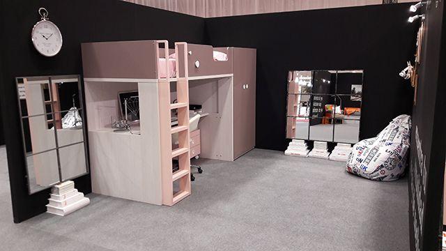 Cama alta con escritorio y armario en el mismo mueble. Nuevas composiciones expuestas en la primera feria del Hábitat de Vizcaya, celebrada en el BEC de Bilbao.