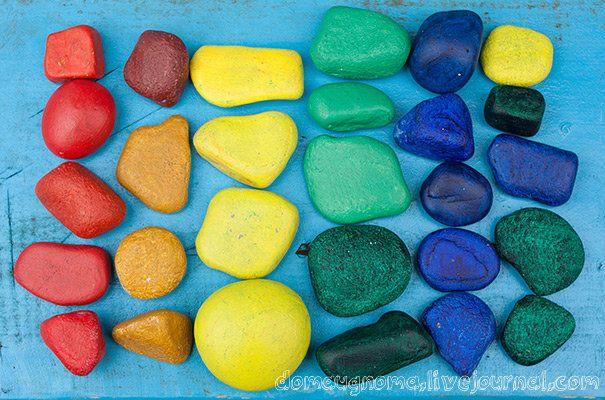 1. Соберите камни разных форм и размеров. 2. Хорошо вымойте их губкой со средством для мытья посуды, просушите. 3. Покройте грунтом. Для этих целей можно использовать обычную белую краску. 4. Раскрасьте яркими красками, дайте высохнуть, покройте лаком. Лучше всего брать акриловые краски они не смываются водой, не пахнут, не токсичны. Можно воспользоваться красками по керамике, а затем запечь камни в духовке. Мы так и сделали.