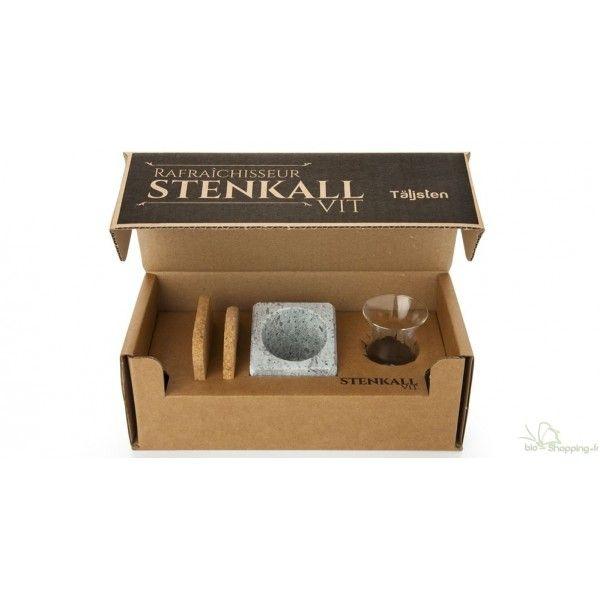 Le STENKALL est composé d'un bloc en pierre ollaire et d'un verre pour la dégustation des eaux de vie.