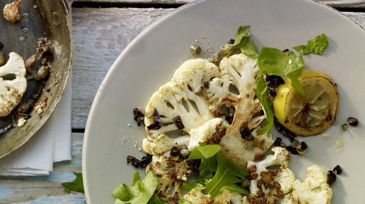 Low-Carb: Gebratener Blumenkohl mit Sardellen, Kapern und Oliven | http://eatsmarter.de/rezepte/gebratener-blumenkohl