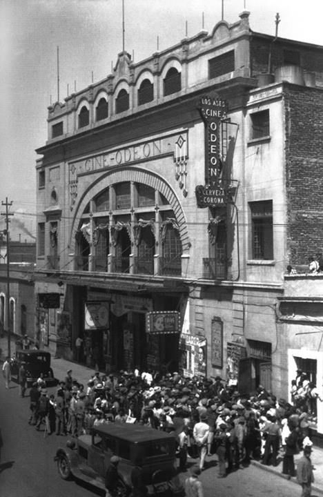 El cine Odeón, ubicado en la calle de Mosqueta, en la colonia Guerrero, alrededor de 1925. Este inmueble había sido inaugurado tres años antes por el arquitecto Carlos Crombé y tuvo capacidad para más de tres mil espectadores. Hoy en su lugar se encuentra un estacionamiento, muy cerca del Metro Garibaldi. Imagen: INAH En Google Maps: http://goo.gl/maps/lmsOq