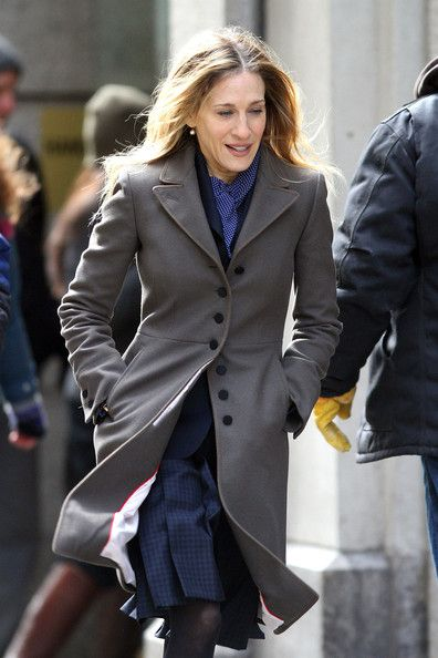 "Sarah Jessica Parker Photos Photos - A disheveled looking Sarah Jessica Parker films a scene with Olivia Munn for their upcoming film ""I Don't Know How She Does It"". Parker's new role is not a huge stretch from real life as she will be playing a working mother in the new film. - Sarah Jessica Parker Films with Olivia Munn"