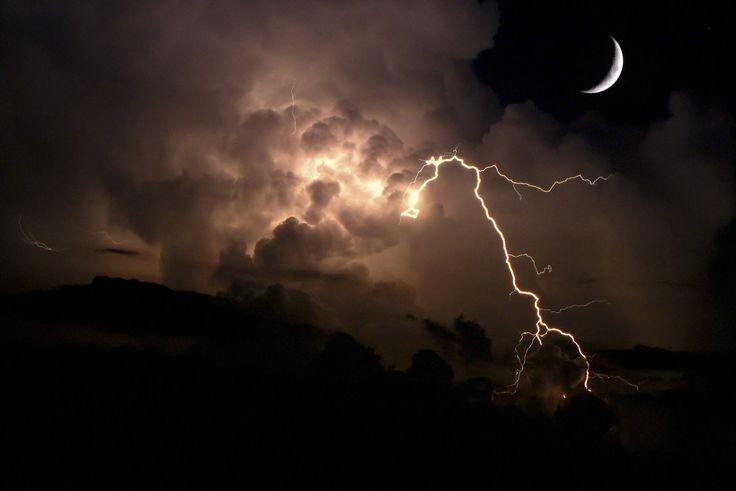 Simplemente ESPECTACULAR! La Luna y una tormenta eléctrica fotografiada desde La Habana, Cuba, por Jorge Coromina. Publicado por; @Meteovargas