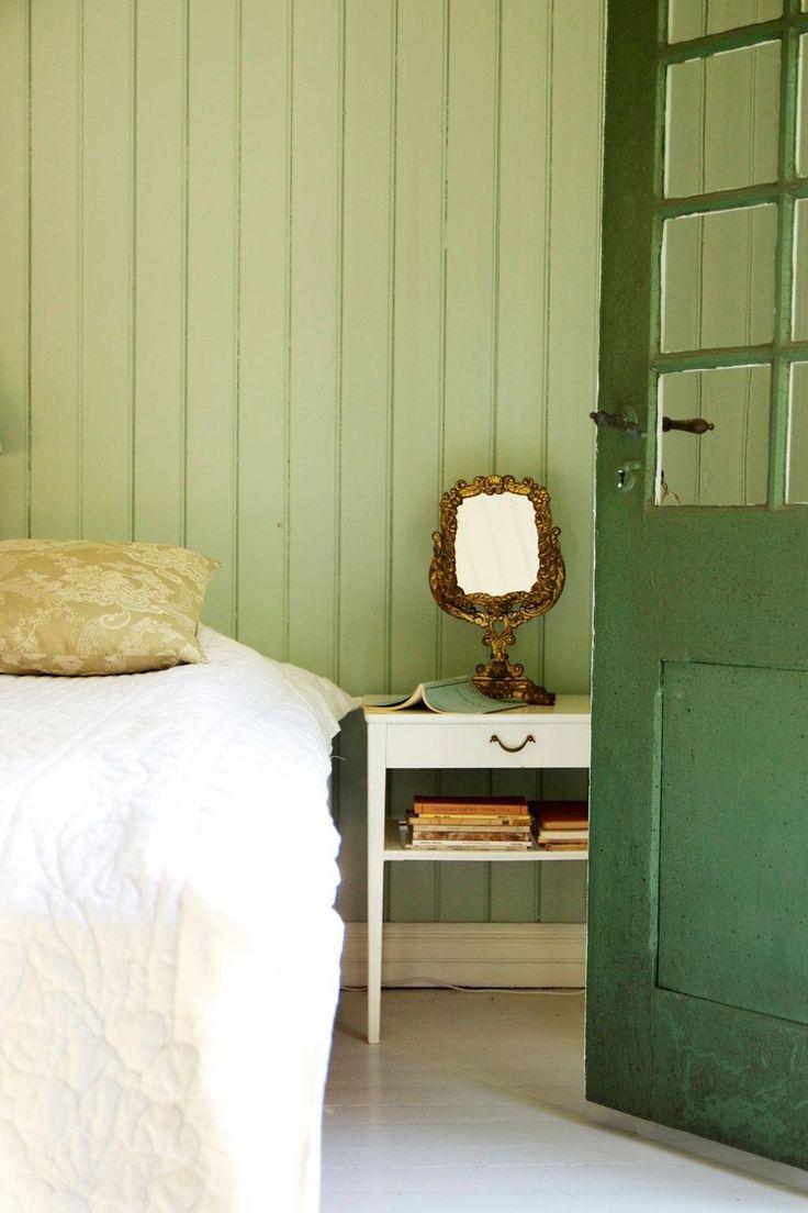 ℰᏁ ᎮℛᎯKTℱUℒℒ ᎦℰKℰℒᎦKℐℱTℰᎦⅅℛÖℳ: Gästrummet går i lindblomsgrönt och är inrett med möbler och prydnader från loppisar och Degeberga antikmarknad.