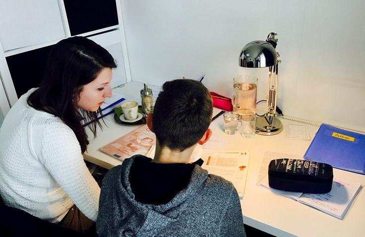 Katka právě doučuje Aleše český jazyk pro šestou třídu. Aleš k nám dochází pravidelně a vypadá to, že mu doučování pomáhá. S Katkou si dobře rozumí a vždy najdou společnou řeč. #učímseveškolepopulo