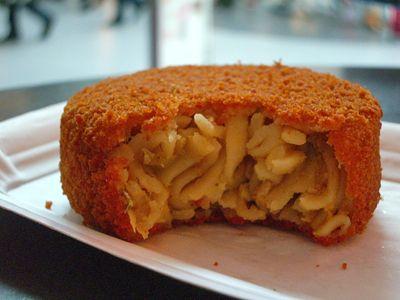 バミコロッケ Bami(バミ)は、麺のこと!  オランダでは、かつて植民地だったインドネシア料理がポピュラー。  バミゴレン(焼きそば)や、ナシゴレン(焼き飯)は、 家庭でも作られるし、クロケットの中にも入っているんです。