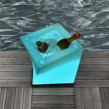 Un portaghiaccio glam per tenere al fresco le bevande e allo stesso tempo illuminare l'atmosfera. Perfetto per i locali, i party in piscina, le serate in terrazza e gli incontri romantici. Non il classico cestello, ma un oggetto di design affascinante e originale.