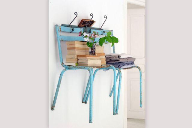 Una increíble forma de crear unos estantes flotantes utilizando sillas viejas...  #Ideas #Reciclaje #LowCost #Decoracion #Interiorismo #Arquitectura #LimayTMI