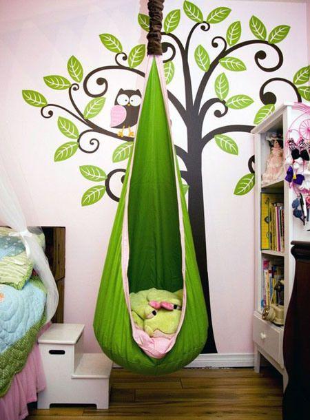 Creare un angolo lettura per bambini in cameretta o in salotto - Poltrona sospesa e sticker adesivi murali per decorare la parete