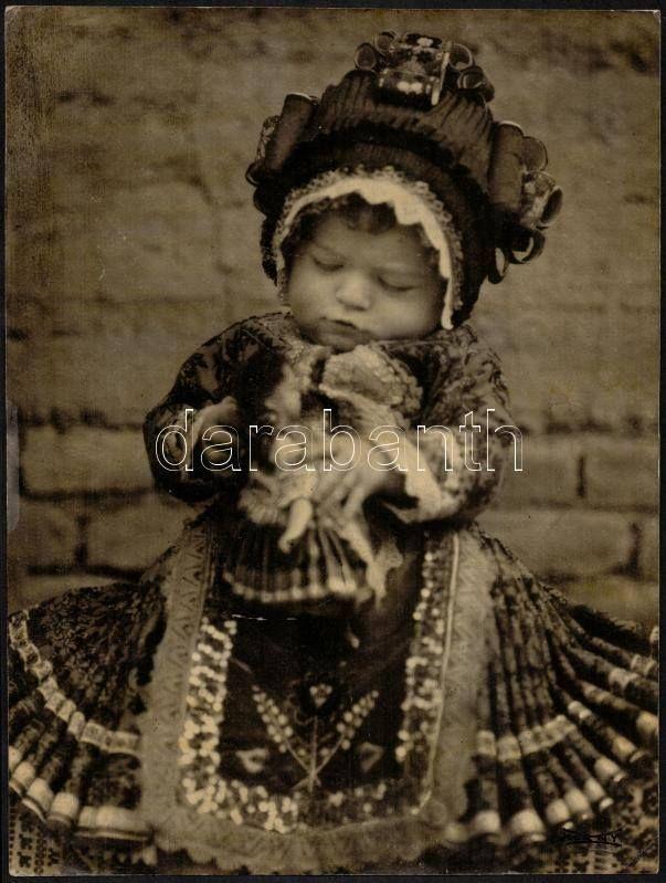 Mezőkövesdi kislány 1926 körül. Fotó: Kerny István. Hungarian girl in folk dress