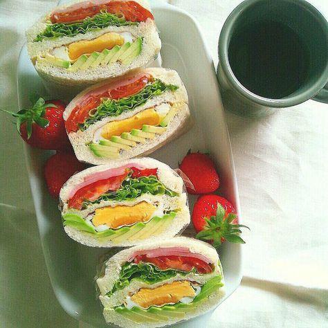 ... 朝食 アボカドと目玉焼きと トマトとハムとレタスの 色派手サンド いちごつき。 #朝食 #あさごはん #朝ごはん #breakfast #サンドイッチ #sandwich #コーヒー #coffee