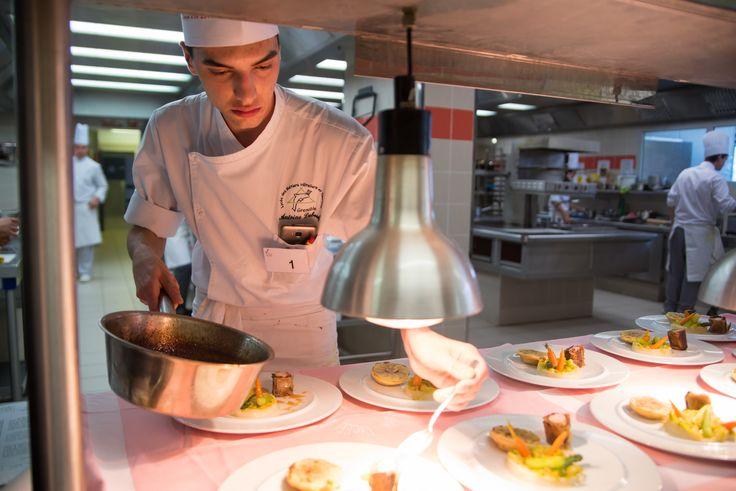 • Antoine Duboeuf, lycée hôtelier de Grenoble, site du Clos d'Or (Isère) : duo de lapin Rex aux pruneaux, jardin de légumes croquants. En pleine préparation !!