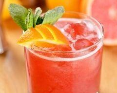 Cocktail au thé noir, cassis et orange sans alcool : http://www.cuisineaz.com/recettes/cocktail-au-the-noir-cassis-et-orange-sans-alcool-82000.aspx