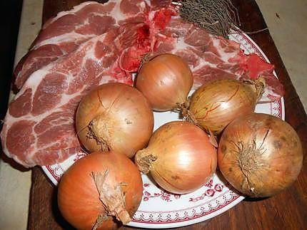 La meilleure recette de Cote de porc a la lyonnaise! L'essayer, c'est l'adopter! 5.0/5 (12 votes), 14 Commentaires. Ingrédients: Cotes de porc échine de 220gr chacune,800gr d oignon,beurre,huile d olive,thym,vinaigre de vin vieux,moutarde,chapelure,pluche de persil,sel,poivre