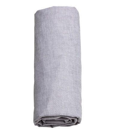Grå. Faconsyet lagen i fintrådet og tætvævet bomuldschambray. 40s-garn. Passer til madrasser op til 23 cm i højden.