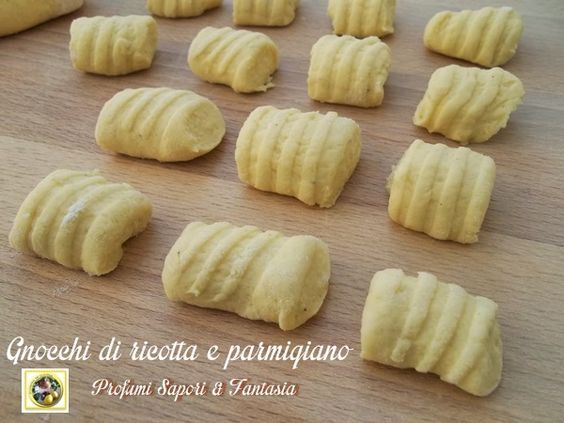Gnocchi di ricotta e parmigiano ricetta base, buonissimi e molto facili da realizzare. Cotti e conditi con il sugo che preferite saranno sempre graditi.