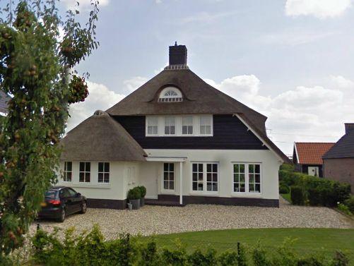 Witte rietgedekte villa met donker gebeitste houten planken te Zetten - 01 Architecten - Ontworpen door Dennis Kemper tijdens de periode dat hij bij EVE-architecten werkte.