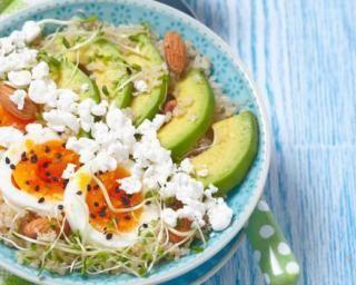 Power bowl au quinoa, à l'avocat, à l'oeuf dur, au fromage frais et aux amandes : http://www.fourchette-et-bikini.fr/recettes/recettes-minceur/power-bowl-au-quinoa-a-lavocat-a-loeuf-dur-au-fromage-frais-et-aux-amandes