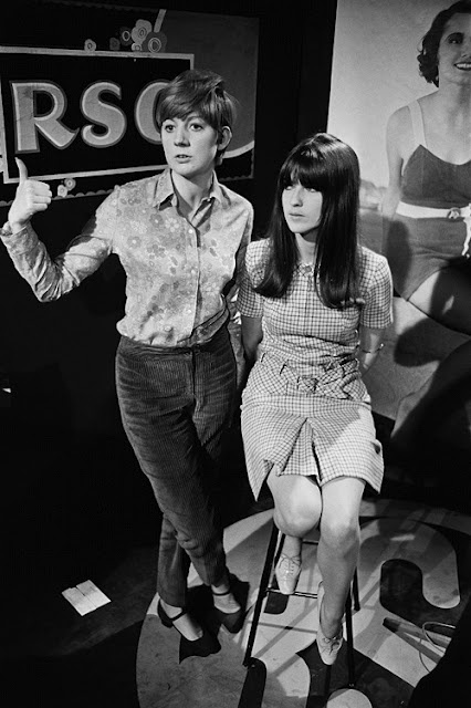 Cathy McGowan (R) on the set of Ready Steady Go!