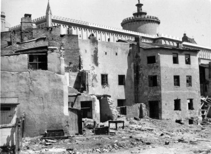 Wyburzanie domów przy ulicy Krawieckiej, w tle Zamek Lubelski, wówczas niemieckie więzienie.