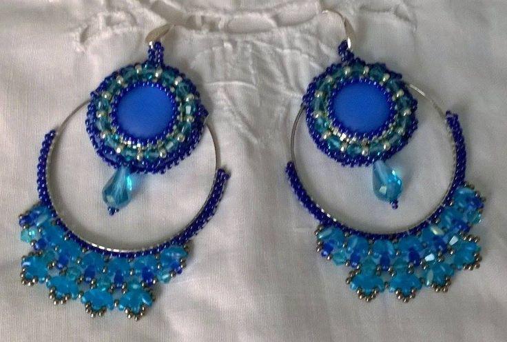 Orecchini realizzati con la tecnica della tessitura delle perline. Cabochon luna soft incastonato con Perline e minuteria di Boemia, nei toni del blu e argento.