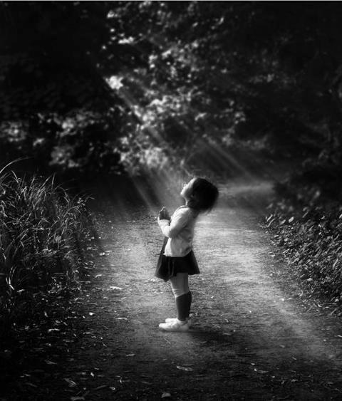 Gott spricht in der Stille des Herzens. Zuhören ist der Anfang des Gebets. ~ Mutter Teresa