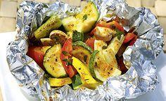 Buntes, knackiges Gemüse mit einer feinen Marinade aus Paprikapulver, Thymian und Rapsöl in Alufolie grillen – einfach köstlich!