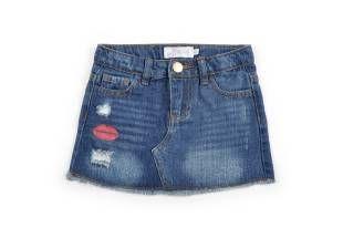 Falda tipo jeans para niña, en color azul y con efecto desgastado.