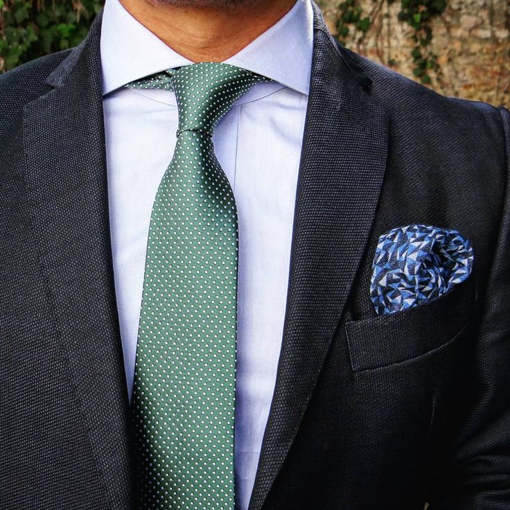 Can't remember the last time I wore a four-in-hand and figured this beautiful cutaway collar would make a good companion to it. A bold Windsor would've been interesting, but the tie is rather skinny. What do you say? #edruiz #mensfashionguide...