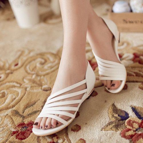 sandalia color blanco con tiras en la parte de adelante