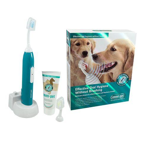 Banebrydede tandpleje til hunde! Emmi-Pet hundetandbørste renser din hunds tænder med ultralyd - uden børstning, lyd eller vibrationer Startsættet indeholder: Greb med genopladeligt batteri, stort ultrasonisk tandbørstehovede (til større hunde), lille ultrasonisk tandbørstehovede (til mindre hunde), opladningsstation, samt en særlig ultrasonisk tandpasta, som er godkendt særligt til hunde og andre kæledyr.