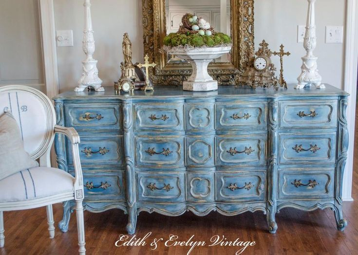 They began with a base coat of Aubusson Blue and then layered colors of Provence, Duck Egg, French Linen, and Paris Gray for this lovely look!