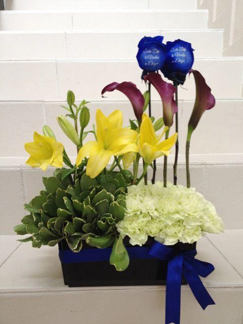 Detalles para damas y caballeros con flores naturales, rosas azules, lirios amarillos, mini calas violetas y claveles verde claro
