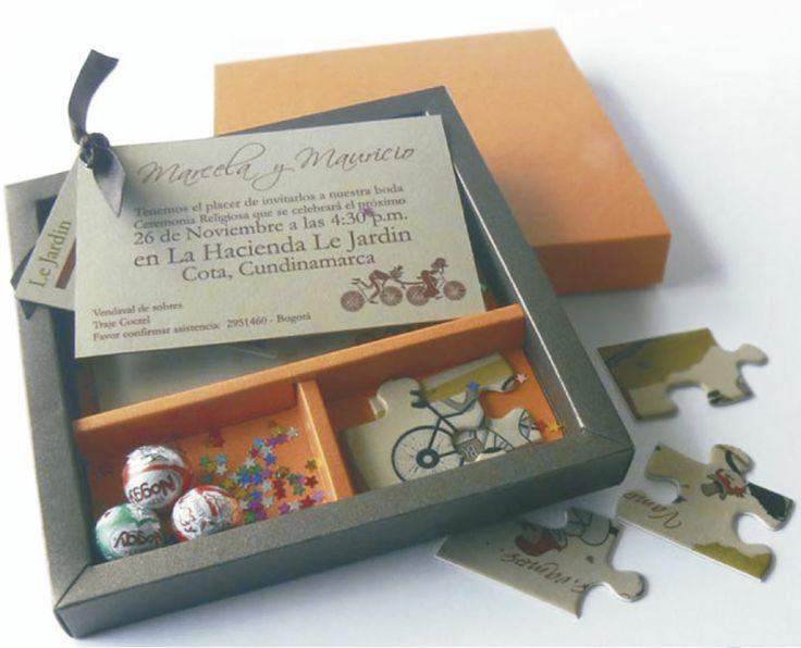 CAJA CON ROMPECABEZAS (Invitación personalizable)  Incluye: Caja con medidas 15x15 cm  1 Tarjeta de invitación  1 Invitación en rompecabezas (recordatorio) 3 Chocolates Noggy