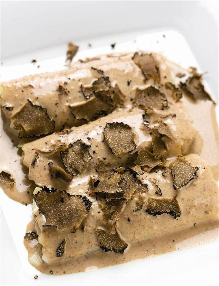 Canelones de pollo de corral y foie gras con bechamel de colmenillas. Sofisticados.