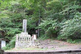 長野県小諸市の釈尊寺白山社です。-Syakusonji Hakusansya (komoro City,Nagano)- 釈尊寺は、「牛に曳かれて善光寺参り」という逸話で知られている布引観音のお寺です。その観音堂へと続く参道のよこにあるのが白山社です。室町時代に建てられた社殿で、長野の県宝になっています。
