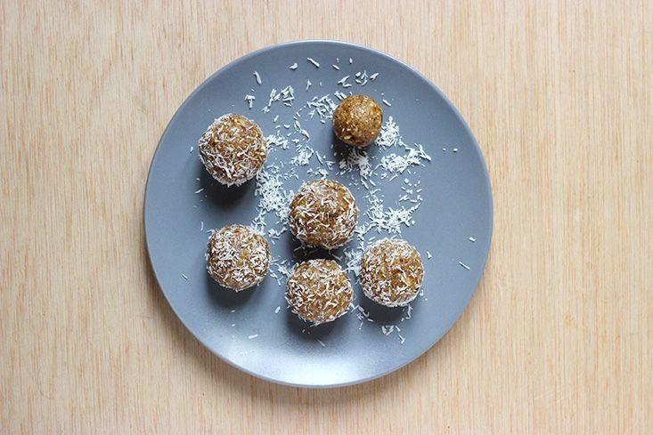healthy lunchbox par Mango & Salt : Bouchées énergétiques crues vanille-coco (noix, coco rapée, beurre de coco, huile de coco, dates medjool, extrait de vanille, fleur de sel)