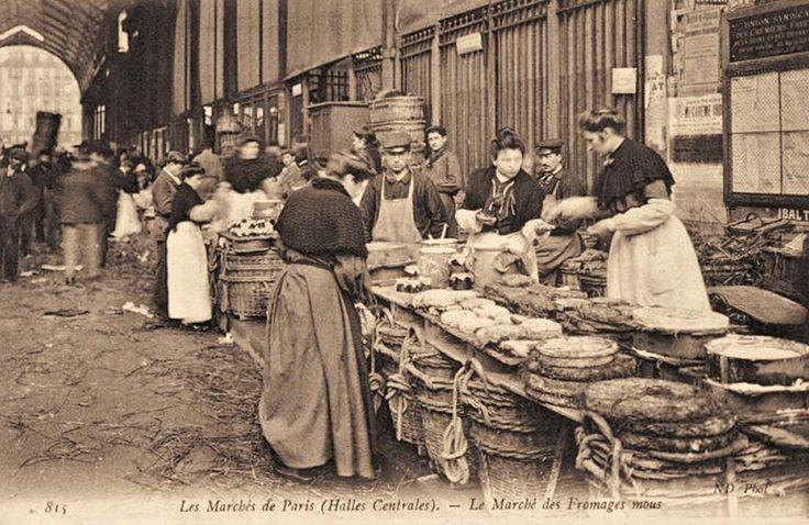 Aux Halles, des marchands de fromages mous, Paris, circa 1900.