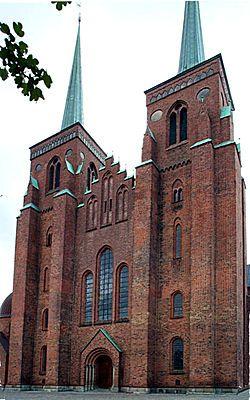 Catedral de Roskilde. Dinamarca. Esta catedral, de estilo gótico, se construyó en la Edad Media entre el siglo XII y el siglo XIII. Enteramente construida en ladrillo rojo, fue la causa de la propagación de este estilo en el Norte de Europa. A partir de 1413, los monarcas daneses se enterraron en esta catedral. En total, hay 20 reyes y 17 reinas, en cuatro diferentes capillas, en el corazón de la catedral, o también en tumbas exteriores.   Patrimonio de la Humanidad por la Unesco en 1995
