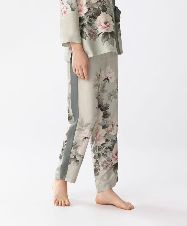 Pantaloni a fiori - Stampati - Tendenze moda donna AW 2016 su Oysho on-line : biancheria intima, lingerie, abbigliamento sportivo, scarpe, accessori e costumi da bagno. Spedizione gratuita a partire da 40 EUR e resi gratuiti.