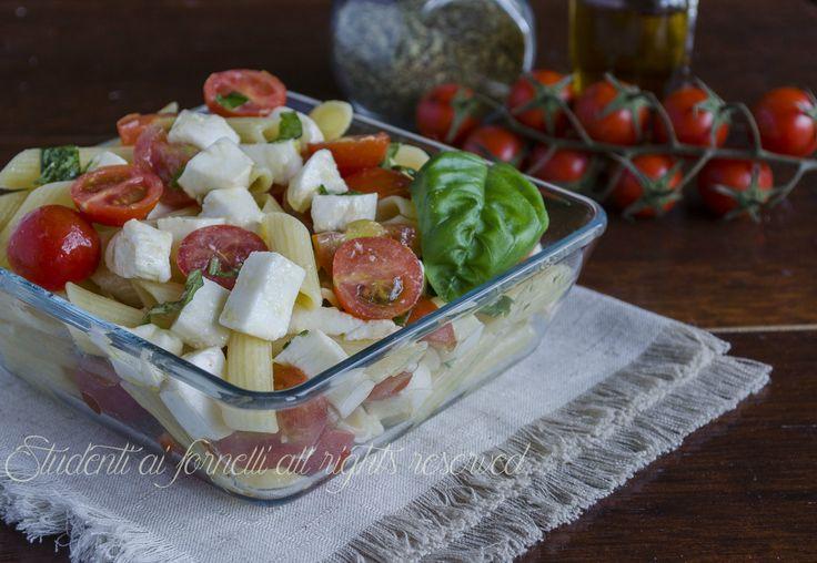 Le pennette alla caprese con pomodorini e mozzarella sono un piatto freddo perfetto per le calde giornate da consumare a pranzo o a cena.