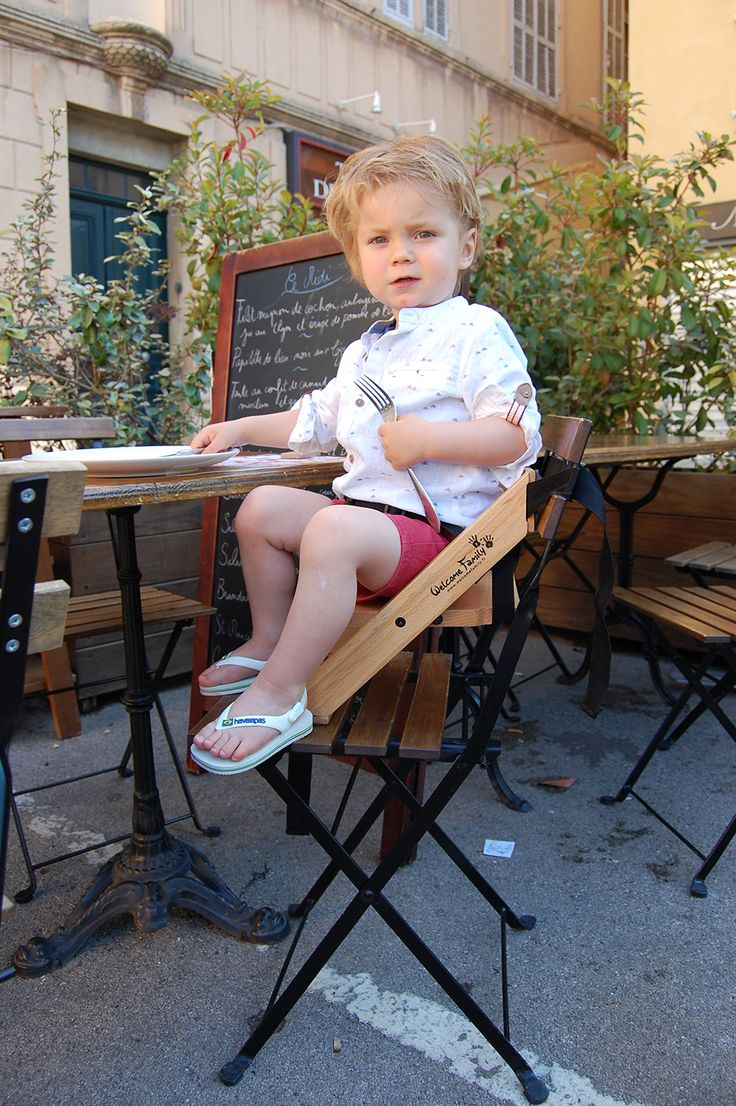 En terrasse de restaurant, Jules est confortablement installé sur son rehausseur. Le rehausseur s'adapte sur tout type de chaises même des chaises d'extérieur ! #rehausseur #welcomefamily