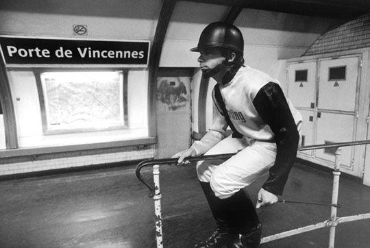 Porte de Vincennes - Mises en scènes du nom des stations du métro de Paris - Le photographe Janol Apin a photographié les stations de métro parisiennes dans les années 90 en mettant en scène leurs noms.