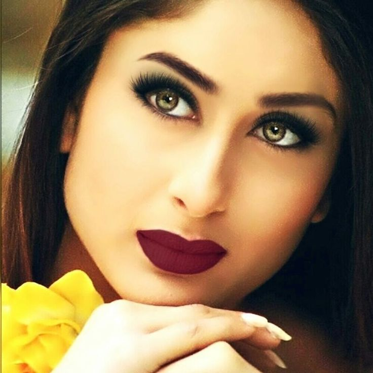 regram @bollywoodsmartpics My favorite picture of Kareena Kapoor Khan! Doesn't she look stunning?  #kareenakapoorkhan #KareenaKapoor #saifeena #HrithikRoshan #shahrukhkhan #kajol #Khabiekushikhabiegham #amitabhbachchan #jayabachchan